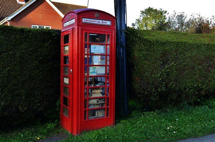 Perpustakaan kotak telepon umum merah di Inggris