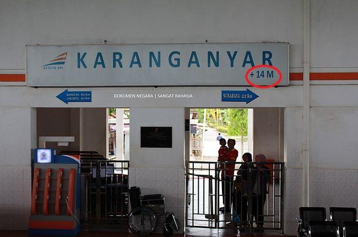 Papan petunjuk nama stasiun karanganyar