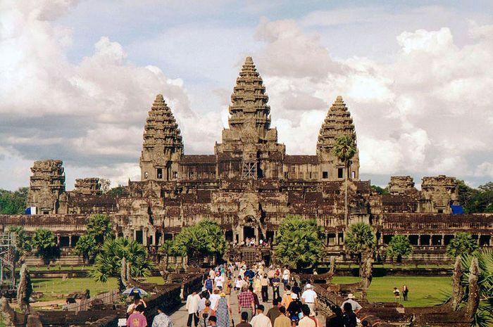 Angkor Wat merupakan candi terbesar di dunia.