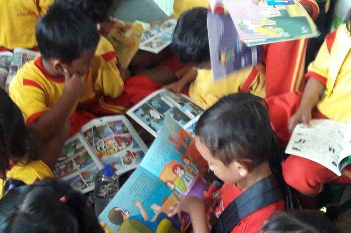 Menyebarkan virus baca di sekolah Empang Cilincing