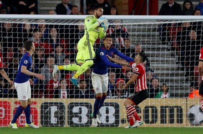 Kiper Manchester United, Sergio Romero, menangkap bola dalam laga Premier League kontra Southampton