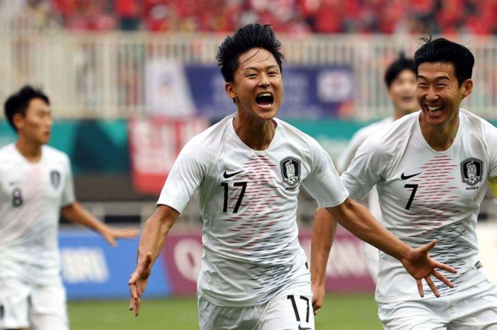 Pemain timnas U-23 Korea Selatan, Lee Seungwoo (kiri) dan Son Heung-Min (kanan) merayakan gol ke gawang Vietnam dalam semifinal sepak bola Asian Games 2018 di Stadion Pakansari, Bogor, Rabu (29/8/2018).