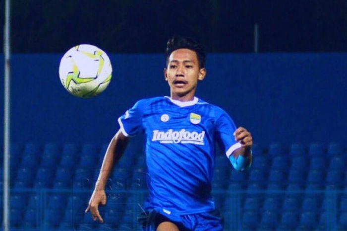 Pemain Persib U-16, Beckham Nugraha menguasai bola saat melakoni laga kontra Bali United U-16 pada final Liga 1 U-16 2018 di Stadion Bumi Sriwijaya, Palembang, 9 Desember 2018.