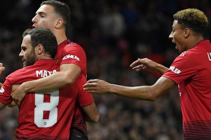 Selebrasi gelandang Manchester United, Juan Mata (kiri), seusai mencetak gol ke gawang Derby County dalam laga ronde ke-3 Piala Liga Inggris 2018-2019 di Stadion Old Trafford, Manchester, Inggris, pada Selasa (25/9/2018).