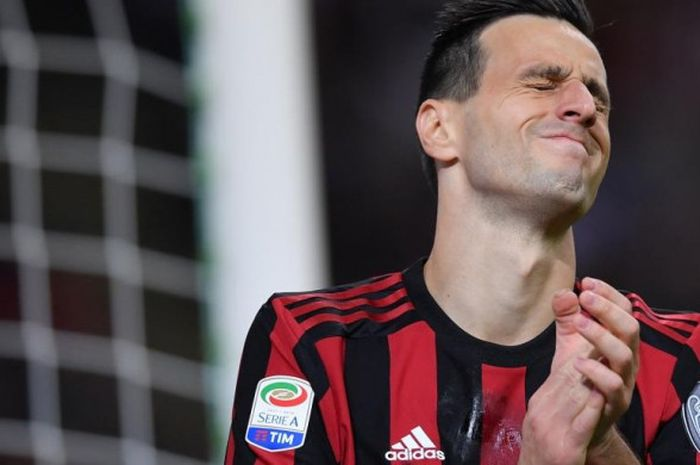 Ekspresi striker AC Milan, Nikola Kalinic, dalam partai Liga Italia lawan SPAL di San Siro, Milan, 20 September 2017.