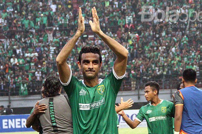 Bek Persebaya Surabaya, Otavio Dutra, membalas tepuk tangan penonton usai laga melawan Madura United