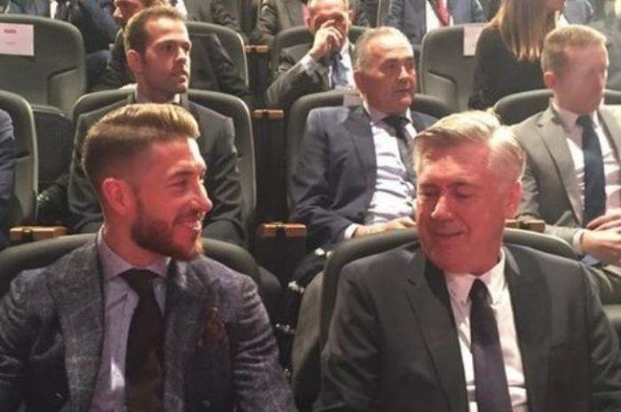 Sergio Ramos (kanan) dan Carlo Ancelotti duduk bersebelahan dalam acara penghargaan Marca, Senin (8/2/2016).