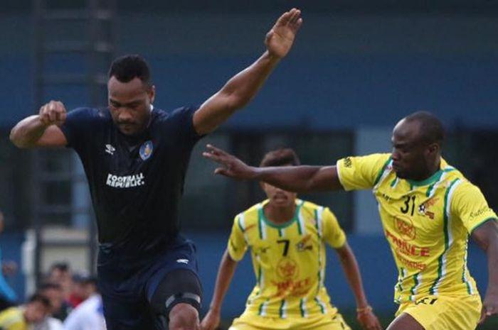Bek tengah yang pernah membela Blackburn Rovers, Herold Goulon (kiri) saat membela Pahang FA pada uji coba kontra Visakha FC di Buriram Training Centre, Thailand, 8 Januari 2019.