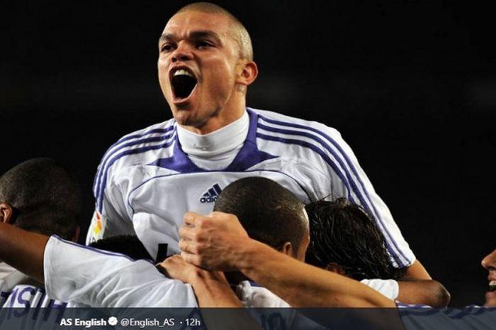Bek tengah FC Porto, Pepe, saat masih bermain untuk Real Madrid.