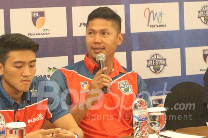 Pelatih NSH Jakarta, Wahyu Widayat Jati (tengah), saat berbicara dalam sesi konferensi pers IBL All Star 2019 yang digelar di Hotel Aston, Solo, pada Rabu (9/1/2019).