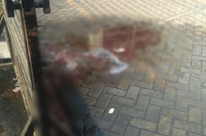 Bercak darah buntut dari bentrokan suporter Persitara Jakarta Utara, NJ Mania, dengan warga di kawasan Pasar Rebo, Jakarta Timur, Sabtu (4/8/2018), siang.