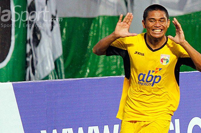 Striker Mitra Kukar, Aldino Herdianto, melakukan selebrasi seusai mencetak gol ke gawang PSS Sleman