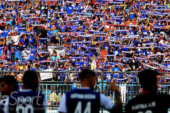 Aremania memberikan dukungan kepada Arema saat melawan Mitra Kukar pada laga pekan pertama Liga 1 di Stadion Kanjuruhan Kabupaten Malang, Jawa Timur, Sabtu (24/03/2018) sore.