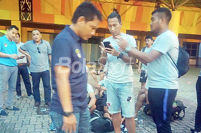 Pemain Cilegon United terlantar di Stadion Kaharuddin Nasution usai melawan tuan rumah PSPS Riau dalam laga lanjutan Liga 2, Sabtu (14/7/2018).