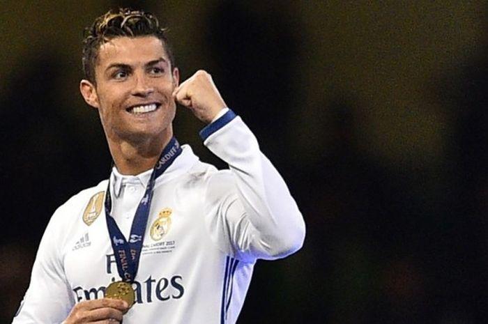 Megabintang Real Madrid, Cristiano Ronaldo, merayakan keberhasilan menjuarai Liga Champions setelah mengalahkan Juventus dalam laga final di National Stadium, Cardiff, Wales, pada 3 Juni 2017.