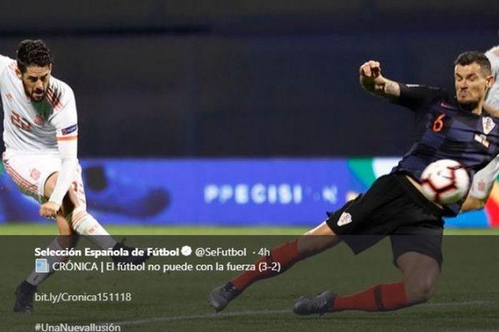 Gelandang timnas Spanyol, Isco, berduel melawan bek tengah timnas Kroasia, Dejan Lovren, dalam laga UEFA Nations League pada Kamis, 15 November 2018