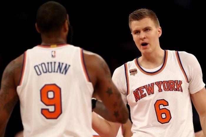 Pebasket New York Knicks, Kristaps Porzingis (#6) dan Kyle O'Quinn (#9), melakukan selebrasi saat me