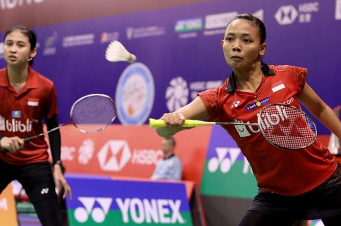 Pasangan ganda putri Indonesia, Della Destiara Haris/Rizki Amelia Pradipta, mengembalikan kok ke arah Jongkolphan Kittiharakul/Rawinda Prajongjai (Thailand) pada laga babak kedua Hong Kong Open 2018 yang berlangsung di Hong Kong Coliseum, Kamis (15/11/2018).
