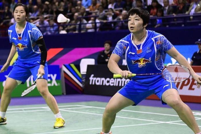 Pasangan ganda putri asal China, Chen Qingchen (kanan)/Jia Yifan, bertahan dari serangan pasangan Korea Selatan, Chang Ye-na/Lee So-hee, pada babak final Prancis Terbuka di Stade Pierre de Coubertin, Paris, Minggu (30/10/2016).