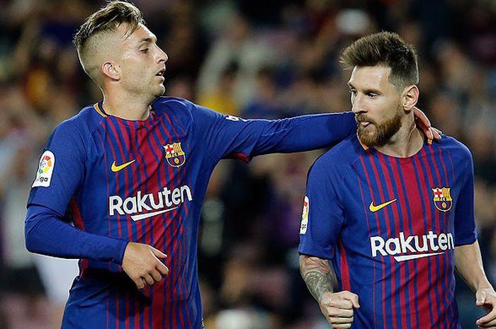 Penyerang Barcelona, Lionel Messi (kanan), melakukan selebrasi dengan rekan setimnya, Gerard Deulofeu, seusai mencetak gol ke gawang Eibar dalam laga Liga Spanyol di Stadion Camp Nou, Barcelona, Spanyol, pada 19 September 2017.  Gerard Deulofeu menjadi salah satu pemain La Masia yang terbuang dari Barcelona