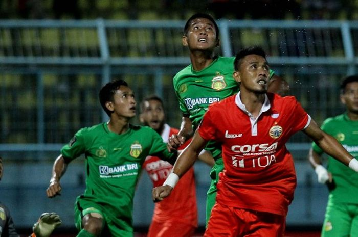 Maman Abdurahman dan Putu Juni Antara dalam laga Piala Presiden 2017, Sabtu (18/02/2017)