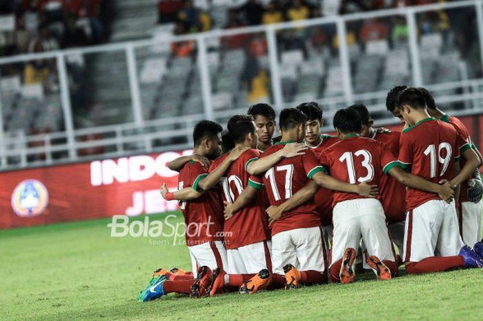 Para pemain timnas u-19 Indonesia berkumpul di dalam lapangan jelang laga kontra timnas u-19 Jepang di Stadion Utama GBK, MInggu (25/3/2018).