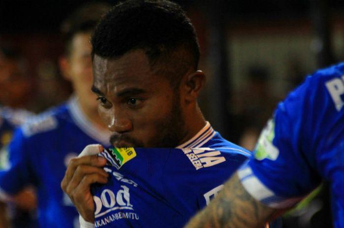 Full Back kiri Persib Bandung asal Ternate, Ardi Idrus saat mencium lambang klub kebanggaan masyarakat Jawa Barat, Persib Bandung.