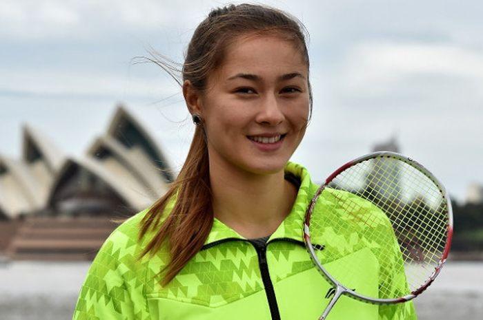 Pebulu tangkis putri Australia, Gronya Somerville, berpose di depan Opera House pada Australia Open