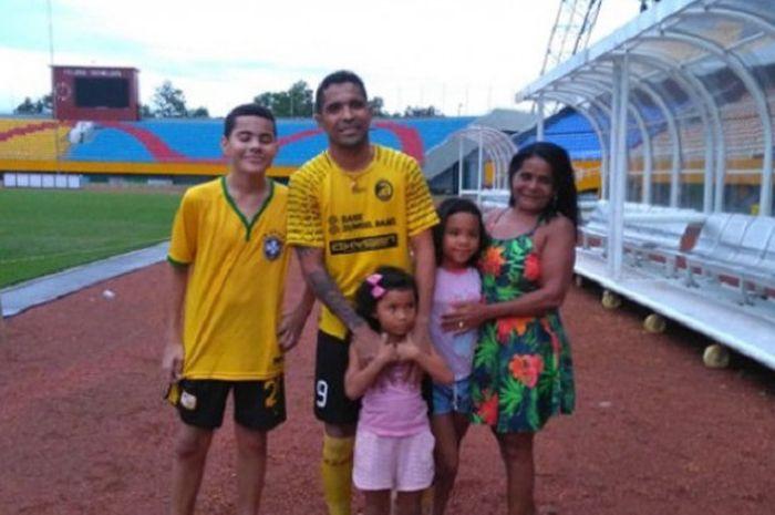 Striker Sriwijaya FC Alberto Goncalves dan keluarganya.