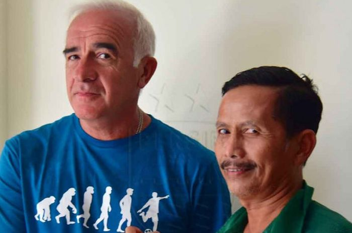 Pelatih Persib Bandung Mario Gomez bersalaman komando dengan Pelatih Persebaya Surabaya Djadjang Nur