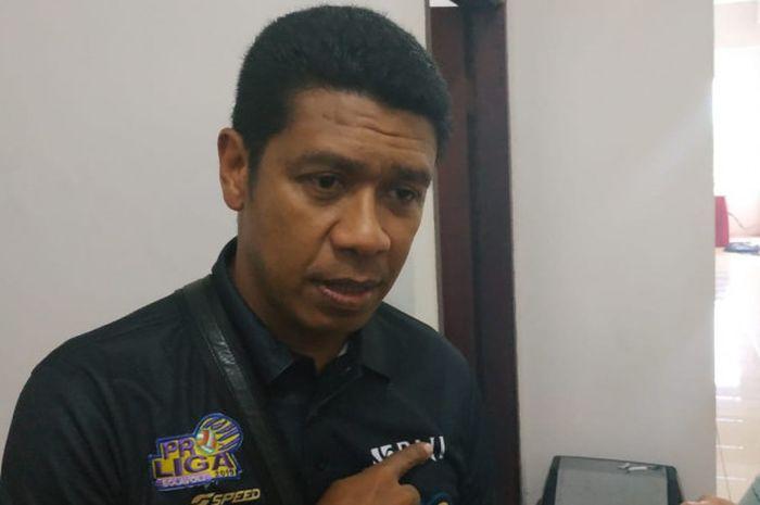 Manajer tim bola voli BNI 46, Loudry Maspaitella, berbicara kepada para awak media di Kantor PP PBVSI, Jakarta, Rabu (28/11/2018).