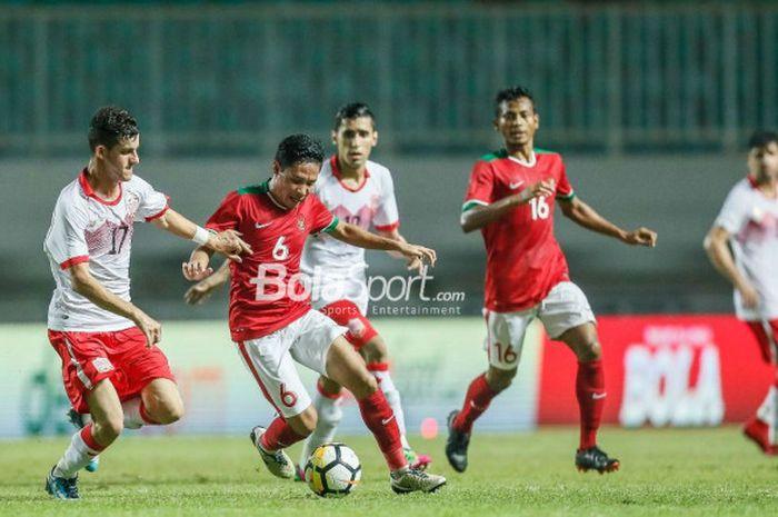 Gelandang Timnas U-23 Indonesia, Evan Dimas, beraksi  pada laga PSSI Anniversary Cup 2018 kontra Bahrain di Stadion Pakansari, Bogor, Jumat (27/4/2018)