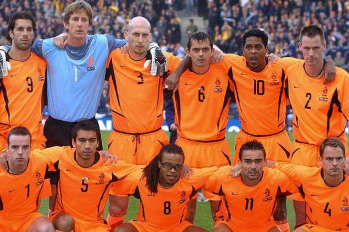 Para pemain timnas Belanda berpose menjelang kick-off partai play-off Piala Eropa 2004 melawan Skotlandia di Hampden Park, Glasgow, 15 November 2003.