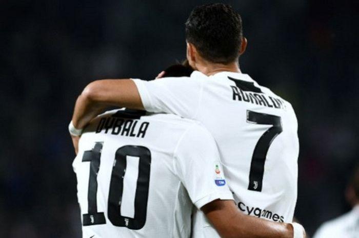 Usai menyarangkan bola ke gawang Bologna, striker Juventus Paulo Dybala (kiri) berselebrasi bersama Cristiano Ronaldo di laga lanjutan Liga Italia Serie A yang berlangsung di Stadion Allianz, Turin, Italia, pada 26 September 2018.