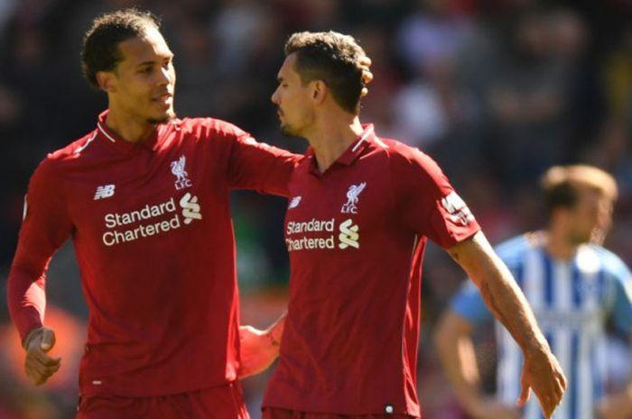 Duo bek Liverpool, Virgil van Dijk (kiri) dan Dejan Lovren, berbicara pada laga Liga Inggris kontr