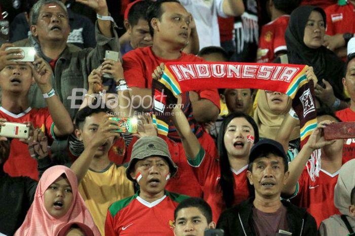 Keriuhan suporter Indonesia kala mendukung timnas U-19 Indonesia dalam laga melawan timnas U-19 Filipina pada Kamis (5/7/2018).