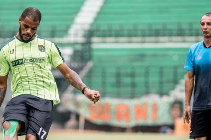 David da Silva berlatih di bawah pengawasan Coach Emilio di Stadion Gelora Bung Tomo pada Kamis (8/1