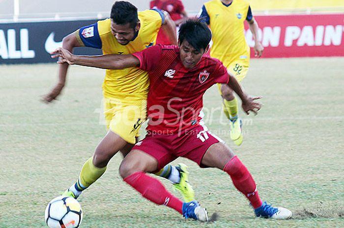 Pemain Blitar United Basori (merah) berusaha menghadang pemain Persegres Andika Dian Asruri (kuning) pada laga liga 2 wilayah Timur, Sabtu (11/8/2018) di Stadion Gelora Joko Samudro Gresik.