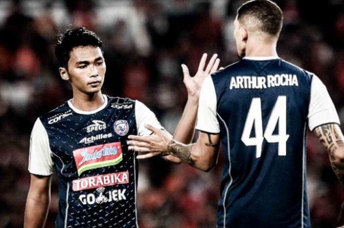 Duo bek tengah Arema FC, Bagas Adi Nugroho (kiri) dan Arthur Cunha dalam laga kontra Persija untuk partai pekan kedua Liga 1 2018 di SUGBK, Jakarta, 31 Maret 2018.