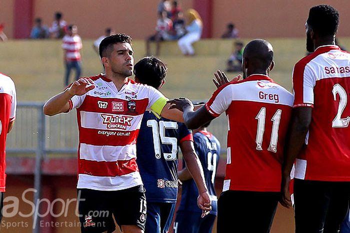 Kapten Madura United, Fabiano Beltrame, merayakan gol yang dicetak rekannya, Greg Nwo