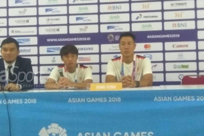 Pemain dan pelatih timnas U-23 Hong Kong, Cheng Hin Lung (tengah) serta Kenneth Kwok Kar Lok memberikan keterangan pers seusai laga kontra Laos, Jumat (10/8/2018).