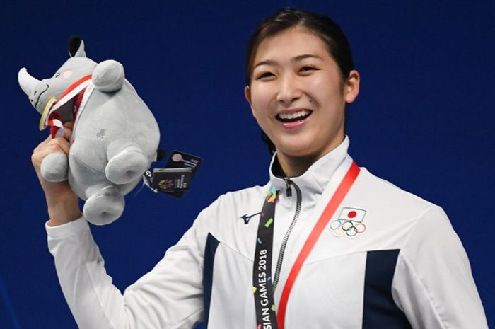 Perenang Jepang, Rikako Ikee, merayakan keberhasilan meraih medali emas nomor 100 meter gaya bebas p