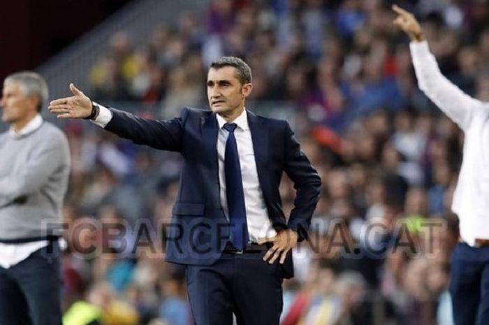 Pelatih Barcelona, Ernesto Valverde, pada laga kontra Real Betis di Camp Nou, 11 November 2018.