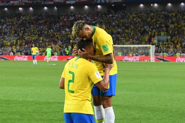 Bek Brasil, Thiago Silva (kiri), merayakan gol yang dicetak bersama Neymar dalam laga Grup E Piala Dunia 2018 kontra Serbia di Spartak Stadium, Moskow, Rusia pada 27 Juni 2018.