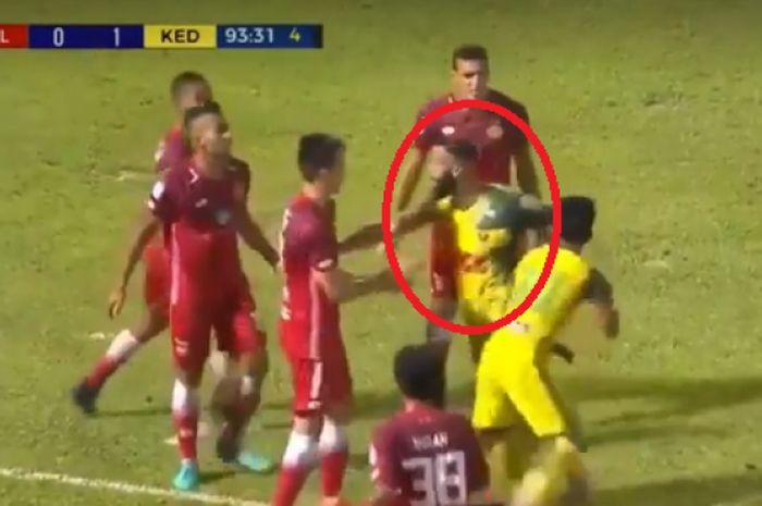 Liridon yang berusaha melerai percekcokan Andik dan para pemain Kelantan FA