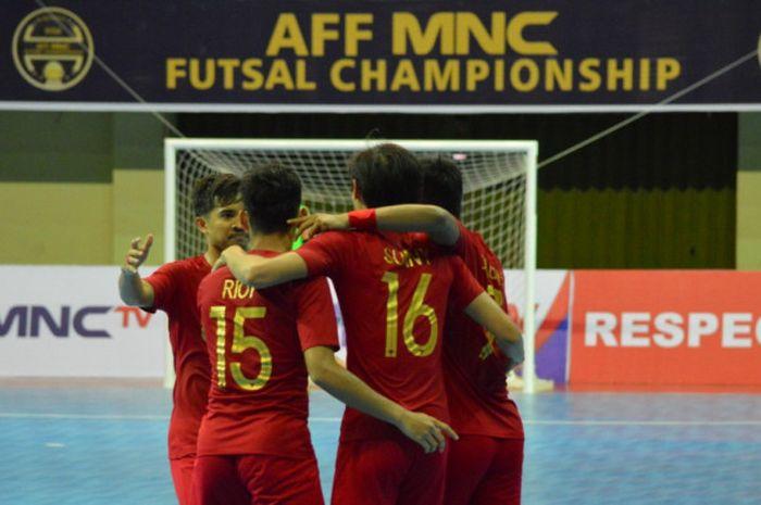 Selebrasi para pemain timnas futsal Indonesia seusai menjebol gawang timnas futsal Kamboja pada partai pamungkas Grup A Piala AFF Futsal 2018 di GOR UNY, 7 November 2018.