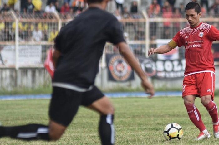 Aksi pemain senior Persija Jakarta, Ismed Sofyan pada laga amal babak pertama kontra Lampung All Sta