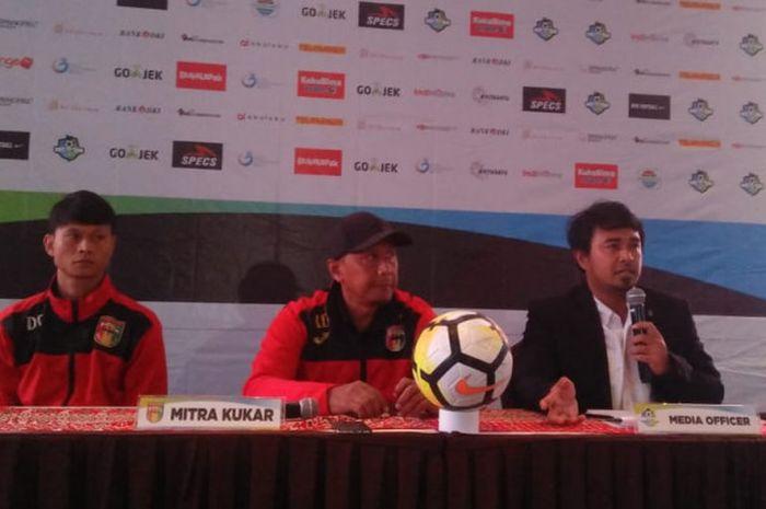 Pemain dan pelatih Mitra Kukar, Dedi Gusmawan serta Rahmad Darmawan, memberikanketerangan pers di Hotel Grandika, Jakarta, Sabtu (8/12/2018).