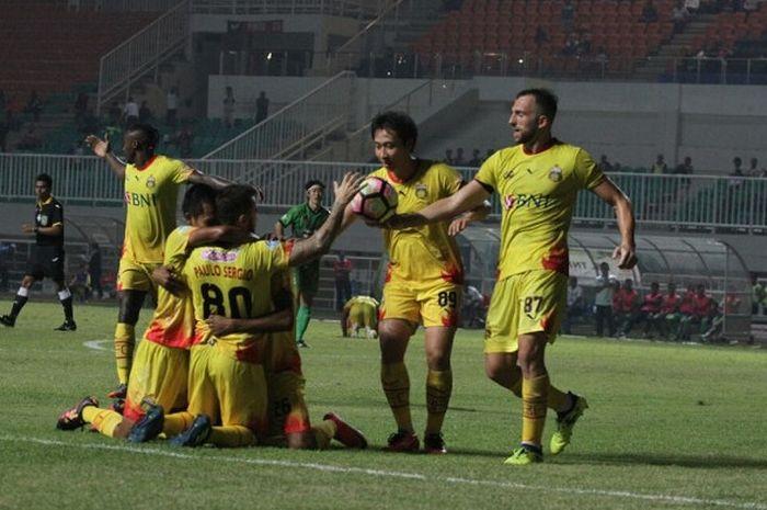 Skuat Bhayangkara FC merayakan gol Ilija Spasojevic ke gawang PS TNI di Stadion Pakansari, Bogor, Minggu (3/9/2017).