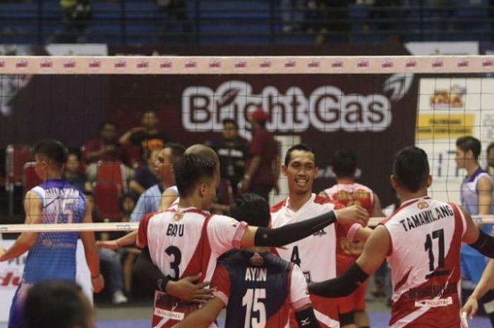 Tim bola voli putra Surabaya Bhayangkara Samator bereaksi setelah mencetak poin saat menghadapi Palembang Bank SumselBabel pada laga pertama putaran pertama seri I Proliga 2019 di GOR Amongrogo, Yogyakarta, Jumat (7/12/2018).